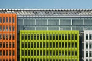 Jede Einzelfassade zeigt sich in einer von sechs kontrastierenden RAL-Farben, deren Brillanz durch die keramische Hochglanzglasur noch potenziert wird. Neben leuchtenden Gelb-, Orange-, Grün- und Rottönen wird das Spektrum durch zwei Grautöne ergänzt<br />