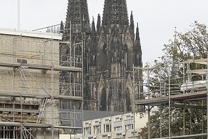 Der Dom hinter dem Schauspielhaus, Blick von Kleinen Offenbachplatz aus. Die riesige Baukontainersiedlung deutet auf den Arbeitsaufwand
