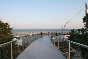 Die einseitige Aufhängung der Brücke gibt den Bilck in Richtung Meer frei<br />