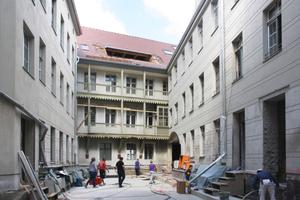 Die Kellergeschossebene unter dem Hof wurde als Weiße Wanne ausgebildet. Die Außenwände des Bestandsgebäudes von innen mit einer Spritzbeschichtung abgedichtet. Die hofseitige eingeschnittene Dachfläche zur Belichtung der Räume ist ein Kompromiss