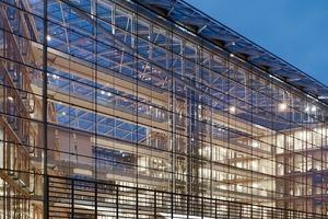 Die Südfassade ist 35m hoch und 170m lang und entspricht mit ihrer Straßenansicht den Vorgaben des Bebauungsplans<br />