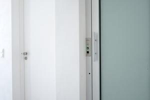 Der eingebaute Aufzug ist der kleinste Personenaufzug im Sortiment - er misst lediglich 80 x 80 cm - dadurch erreichte die Architekten den barrierefreien Zugang zu den Wohnungen