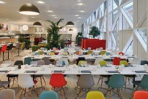 Auf Wunsch des norwegischen Bauherren wurden Lobby, Restaurant, Bar und die Zimmer mit Designklassikern (Vitra, Flos, Kasthall) ausgestattet