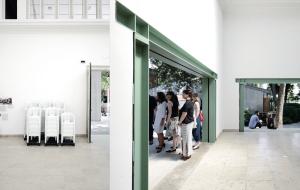 v. l.: Der immer sehr belebte Hauptraum,150 Kunststoffikonen, Wandöffnungen über Eck, der umlaufene Sockel als Sitzbank inszeniert