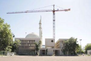 Moschee in Köln-Ehrenfeld: Ansicht Sportplatz (links die Innere Kanalstraße)