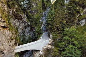 Die statische Ausreizung der Bogenform der Schaufelschluchtbrücke wird in ihrer Verdrehung und Zuspitzung am talseitigen Ende nachvollziehbar