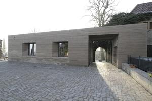 Blick zurück aus dem Innenhof durch beide Tore