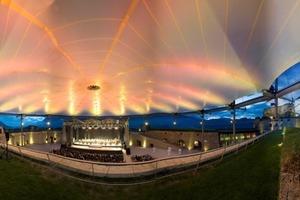 Die farblich stimmungsvoll angeleuchtete Konzertsaaldecke<br />
