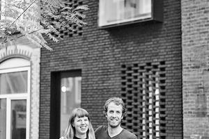 """<div class=""""fliesstext_vita""""><strong>Gwendolyn Huisman</strong><br />Von 2005–2011 Architekturstudium an der TU Delft mit Auszeichnung. Während dieser Zeit arbeitete Huisman in einem niederländischen Architekturinstitut und in verschiedenen Architekturbüros mit. 2011–2013 Architektin bei Inbo und seit 2014 Architektin bei Benthem Crouwel Architects.</div><div class=""""fliesstext_vita""""></div><div class=""""fliesstext_vita""""><strong>Marijn Boterman</strong><br />Architekturstudium von 2000–2007 an der TU Delft, danach Architekt bei JagerJanssen Architecten bis 2011. Seitdem arbeitet Boterman im Architekturbüro Van Egmond Architecten. 2017 mit Gwendolyn Huisman für ihr gemeinsames Bauprojekt SkinnySCAR für den Dutch Building Award nominiert.</div>"""