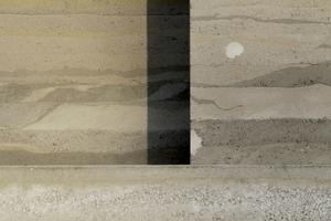 Südfassade: die Ausflickungen sollen demnächst in möglichst passender Farbe gemacht werden. Dieses Motiv finden Sie auf dem Titel der DBZ 02 2015, hier noch ohne Flecken