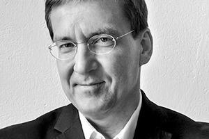 """<div class=""""fliesstext_vita"""">Dr.-Ing. Architekt Nils Meyer, geboren 1964 in<br />Hamburg.</div><div class=""""fliesstext_vita"""">Studium der Architektur an der TU Berlin. Seit dem<br />Diplom 1994 Spezialisierung im Bereich Denkmalpflege sowie Konzeptentwicklung, Entwerfen und Bauen im Bestand<br />1999–2005 Wissenschaftlicher Mitarbeiter an der TU Dresden 2007 Promotion zum Dr.-Ing.<br />2007–2014 geschäftsführender Partner im Büro Veauthier Meyer Architekten, Berlin<br />Vorträge und Gastkritiken an verschiedenen Universitäten und Institutionen, vielfältige Veröffentlichungstätigkeit</div>"""