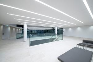 """<div class=""""5.6 Bildunterschrift"""">Der Mercedes-Standort in Berlin: LED-Lichtlinien von Regent bieten einenWirkungsgrad von 80 lm/W und damit eine funktionale Beleuchtung der Ausstellungsräume</div>"""
