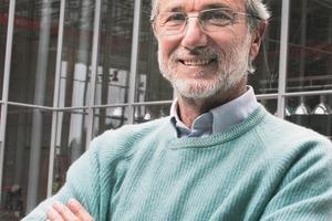 """<div class=""""fliesstext_vita"""">Renzo Piano</div><div class=""""fliesstext_vita"""">Geboren 1937 in Genua, wo er noch immer lebt und sein Büro führt.</div><div class=""""fliesstext_vita"""">Er wurde an der Politecnico di Milano ausgebildet.</div><div class=""""fliesstext_vita"""">Von 1965-1970 arbeitete er mit Louis I. Kahn und Z.S. Makowsky.</div><div class=""""fliesstext_vita"""">Von 1971-1977 arbeitete er mit Richard Rogers.</div><div class=""""fliesstext_vita"""">Ihr gemeinsames bekanntestes Pro-jekt ist das Centre Pompidou in Paris (1977). Mit Peter Rice existierte ebenfalls eine lange Phase der Zusammenarbeit.</div><div class=""""fliesstext_vita"""">Im März 2008 wurde er zum Ehren-bürger von Sarajevo, Bosnia und Herzegovina</div><div class=""""fliesstext_vita""""></div><div class=""""fliesstext_vita"""">Renzo Pianos Werk ist mehrfach ausgezeichnet. Seine wichtigsten Ehrungen: Pritzker Preis für Architektur, AIA Gold Medaille,<br />Kyoto Preis und Sonning Preis</div><br />"""