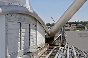 Über regelbare Lamellen am Sockel der Stahlkonstruktion erfolgt die Turmbelüftung. In seiner Spitze gibt es eine Abluftöffnung des ansonsten unbeheizten und ungedämmten Raums