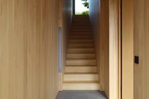 Im Gegensatz zum Erdgeschoss ist das Obergeschoss mit weißen Gipskartonplatten ausgebaut, das vergrößert optisch die recht kleinen Zimmer