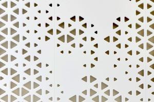 Dank der Eigenschaften des Mineralwerkstoffs HI-MACS® konnten die fließenden Wände erstellt werden. Das Material besitzt eine ähnliche Festigkeit wie Stein, lässt sich aber wie Holz be- und verarbeiten. Die Platten in der Farbe Alpine White kamen in 12 mm Stärke zum Einsatz