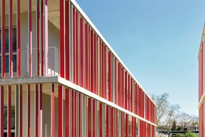 Das Schulgebäude mit ringsum laufenden Balkonen und farbigen Lamellen