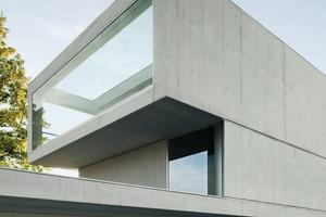 links:<br />Bei dieser Villa (e 2 a Eckert Eckert Architekten ag, Zürich) kam weißer Zement zum Einsatz, dem 3% Weißpigment beigemischt wurden, um ihn noch strahlender erscheinen zu lassen