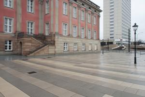 Schloss mit DDR-Moderne gegenüber (Mercure-Hotel, abrissbedroht)