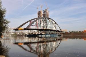 Der Rohbau der Osthafenbrücke wurde von ihrem Baufeld aus mit Potons eingeschwommen