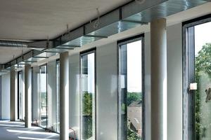 """<div class=""""10.6 Bildunterschrift"""">Innenseitig befinden sich geschosshohe Komfortfenster, die zu öffnen sind. Die geneigte Außenscheibe dient als Absturzsicherung</div>"""