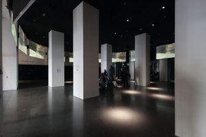 Dem Architekten ein Ärgernis: Das vom Hauskünstler Adolf Winkelmann bespielte Foyer musste für die Projektion abgedunkelt werden. Damit ist die durchläufige Sichtachse versperrt.