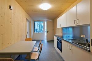 """Die sichtbaren Holz-Innenwände haben die Ausführungsqualität """"Sicht"""". Sie ist etwas kostengünstiger als """"Wohnsicht-Qualität"""", die z.B. bei Hotelbauten in Holz-Modulbauweise zur Ausführung kommt"""
