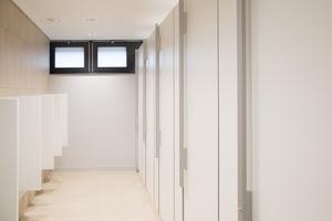 """<div class=""""13.6 Bildunterschrift"""">Die Sozialräume mit Dusch- und Umkleidebereich: Hier lieferte und montierte KEMMLIT die Personalschränke sowie WC- und Duschkabinen. Die WC-Räume wurden mit dem Trennwandsystem NiUU ausgestattet, deren Griffstangen aus Aluminium mit LED-Besetztanzeige versehen sind. Das Spezialband ist verdeckt liegend montiert</div>"""