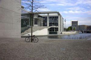 Marie-Lüder-Haus vom Bundestag aus gesehen. Links der Abschluss des Paul-Löbe-Hauses