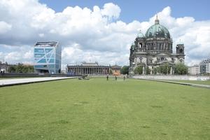 Noch rasengrün, das Bauland. Anfang 2013 soll hier der Spaten seinen ersten Stich machen ... ein wenig später gibt es dann Bundestagswahlen