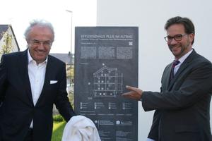 Werner Sobek und Florian Pronold bei der Enthüllung der Infostele für die Häuser Pfuhler Str. 4-6