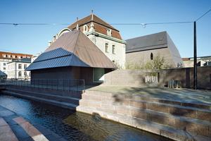Den Museumsbereich kreuzt ein Wasserbecken, dass an den früheren Sinn-Kanal erinnert