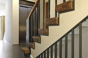 Die Treppe innen konnte erhalten bleiben. Hier galt es, die Brandschutzanforderungen intelligent zu befriedigen