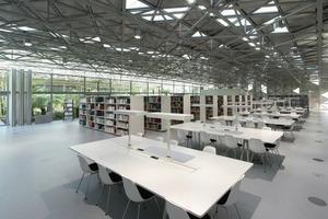 Der Innenraum unterteilt sich in vier Abschnitte, die mit flexiblen Glaselementen je nach Anforderung zu strukturieren sind<br />