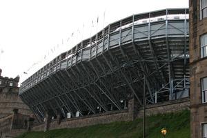 Im Süden kragt die Konstruktion bis zu 9 m über den Abhang aus<br />