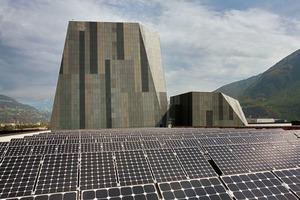 """<div class=""""2.6 Bildunterschrift"""">Die Photovoltaikanlage auf dem Dach erzeugt mit durchschnittlich 520000kWh im Jahr rund das Doppelte des jährlichen </div><div class=""""2.6 Bildunterschrift"""">Gebäudeverbrauchs</div>"""