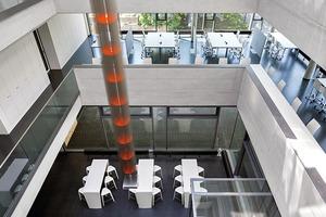 """<div class=""""10.6 Bildunterschrift"""">1700 m² Nutzfläche bieten Raum für Laborpraktika, Seminare und Einzel- und Gruppenarbeit. Insgesamt bietet der Neubau 200 Studierenden Platz zum Arbeiten. Davon sind 94 Arbeitsplätze im offen gestalteten zentralen Bereich des Gebäudes untergebracht</div>"""