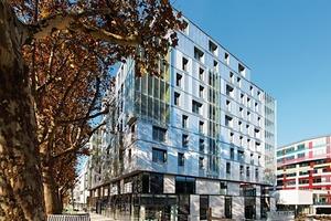 Die Fassade erhält durch die unterschiedlich transparenten Oberflächen Tiefe<br /><br />