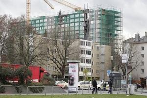Hinter dem  Studentenwohnheim Bockenheimer Warte ragt das ehemalige Philosophische Seminargebäude (Philosophicum) in den Frankfurter Himmel. Es wird zur Zeit zu einem Appartmentwohnheim umgebaut (Forster Architekten)