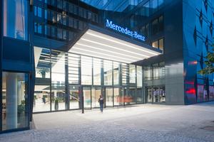 20 m schattenfreie Lichtlinie mit der integrierten System-Lichtleiste Channel LED prägen das Innere der neuen Mercedes-Benz-Zentrale. Dank höchster Effizienz ist das Gebäude DGNB zertifiziert als Greenbuilding.<br />&nbsp;<br />