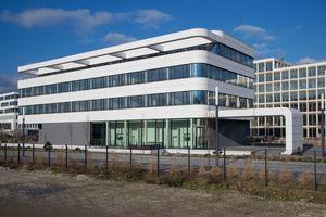 Beim Neubau der HessenChemie sind nicht nur innovative Materialien verwendet worden, das Energiekonzept erfüllt den Passivhausstandard. Das Verbandsgebäude hat einen Primärenergiebedarf von 3 kWh/m²