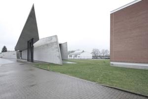 In Würde ergraut: Zaha Hadids Haus für die Werksfeuerwehr auf dem Vitra-Gelände (rechts die Produktionshalle von Alvaro Siza)