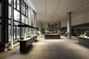 Mittelalterkunstgewerbe kann Sonnenlicht vertragen. Vitrinenpräsentation in (zu) großen Räumen. Links der große, leider verbotene Innenhof