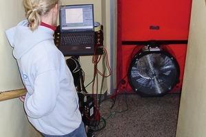 Drucktest mit Blower-Door vor der Sanierung: Sichtbar ist die rote Folie der Blower-Door mit dem eingebauten Gebläse und der Rechner zur Steuerung und Auswertung der Messung<br />