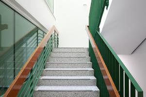 Bestandsarchitektur mit Qualität muss nicht ersetzt werden. Die Architekten folgten dem und ließen Spuren sichtbar