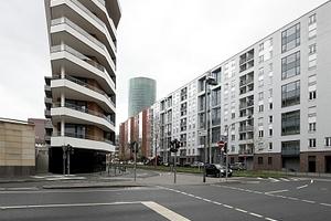 Aktiv-Stadthaus von Westen gesehen: Hier wird das extreme Verhältnis von Länge zu Breite sichtbar: das Haus, eine Scheibe!