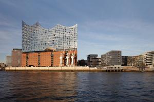 Von Süden: die Elbphilharmonie auf der Spitze des Dalmannkais in der HafenCity. Davor die Norderelbe. An der höchsten Spitze ist das Dach 110m hoch, die Plaza liegt 37m hoch über dem Platzniveau