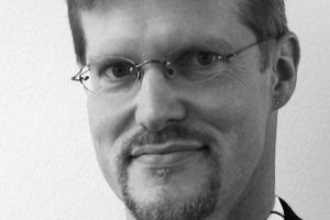 """<div class=""""autor_linie""""></div><div class=""""dachzeile"""">Autor</div><div class=""""autor_linie""""></div><div class=""""fliesstext_vita""""><span class=""""ueberschrift_hervorgehoben"""">Ralf Buchholz, Dipl.-Ing. (FH) Bauphysik</span>, gelernter Bauzeichner, Studium Bauphysik an der FHT Stuttgart, seit 1996 bei DS-Plan, Teamleitung Bauphysik, Stuttgart</div>"""