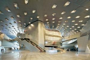 Das Zentrum bilden: das Theater (1600 Personen) und der Bühnenturm sowie der direkt dahinterliegende, flexible Konferenzraum für 2500 Personen