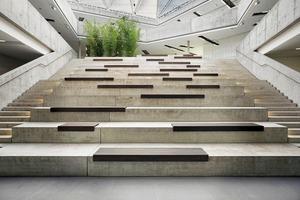 Eine große Sitztreppe ist der Treffpunkt der Schule